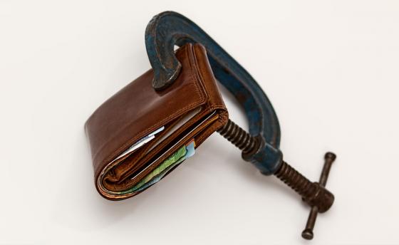 Se endurecen los pagos en efectivo para los no residentes